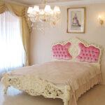 ロココスタイルベッド クィーンサイズ イニシャルの彫刻 ベビーピンクのベルベットの張り地のサムネイル