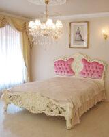 ロココスタイルベッド クィーンサイズ イニシャルの彫刻 ベビーピンクのベルベットの張り地