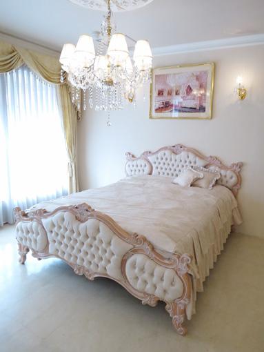 女優ベッドオードリー クィーンサイズ ピンクベージュ色 リボンとブーケ柄オフホワイトの張地