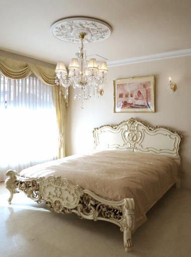 ロココスタイルベッド モールディングデザイン イニシャルMの彫刻 アンティークホワイト&ゴールド色 マットサイズW170