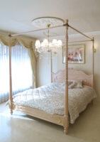 ラ・シェル 天蓋ベッド クィーンサイズ オードリーリボンの彫刻 ピンクベージュ色