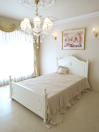 レディメイ セミダブルベッド オードリーリボンとイニシャルRの彫刻 ホワイト色