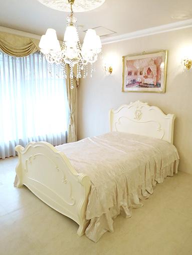 ラ・シェル セミダブルベッド オードリーリボンとイニシャルMの彫刻 ホワイト色