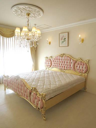 女優ベッド オードリー キングサイズ ヘッドボード高さ134cm 金箔塗装アンティーク仕上げ アントワネットのタッセルの張地