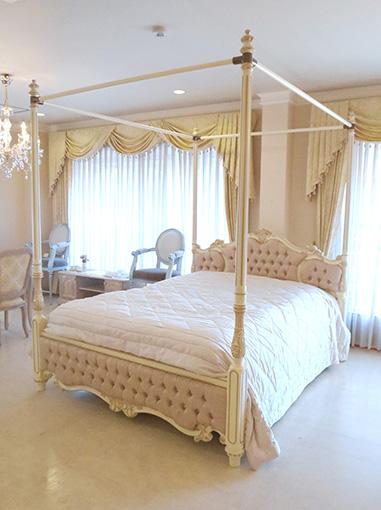 女優ベッド オードリー 天蓋 クィーンサイズ アンティークホワイト&ゴールド色 ピンク花かご柄の張地