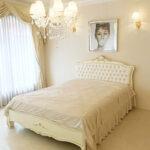 プリマベーラ ダブルサイズベッド ロココスタイル&シェルの彫刻 アンティークホワイト&ゴールド色 ホワイトフェイクレザーボタン締め仕上げのサムネイル