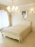 プリマベーラ ダブルサイズベッド ロココスタイル&シェルの彫刻 アンティークホワイト&ゴールド色 ホワイトフェイクレザーボタン締め仕上げ