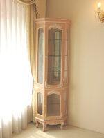 ラ・シェル コーナーショーケース 薔薇の彫刻 上下ガラス扉 ピンクベージュ色