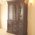 キャビネット 3枚扉 ブラウン色 板扉:彫刻ありのサムネイル