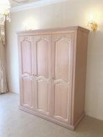 ワードローブ 3枚扉 ピンクベージュ色 オードリーリボンの彫刻