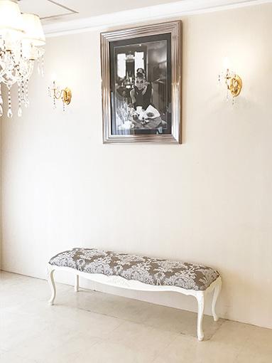 ビバリーヒルズ ベンチ スツール W140cm リボンの彫刻 ホワイト色 リボンとブーケ柄 シャイングレーの張地