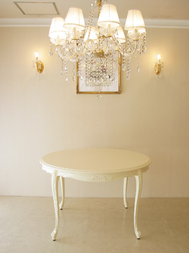 ビバリーヒルズ ラウンドテーブル120 オードリーリボンの彫刻 ホワイト色