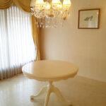 ビバリーヒルズ ラウンドテーブル Φ110㎝ お花模様の彫刻 ホワイト色のサムネイル