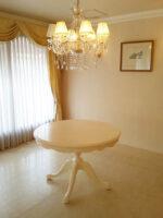 ビバリーヒルズ ラウンドテーブル Φ110㎝ お花模様の彫刻 ホワイト色