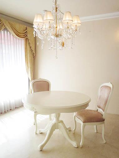 ビバリーヒルズ ラウンドテーブル Φ110cm 一本脚 薔薇の彫刻 ホワイト色