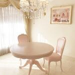 ビバリーヒルズ ダイニングテーブル ラウンド1本脚 オードリーリボンの彫刻 バービーピンク色のサムネイル