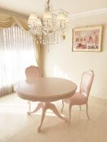 ビバリーヒルズ ダイニングテーブル ラウンド1本脚 オードリーリボンの彫刻 バービーピンク色
