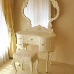 プリンセスドレッサー 一面鏡 イニシャルHの彫刻 ホワイト色 アンアイボリーの張地 ビバリーヒルズスツールのサムネイル