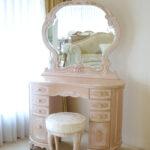 リボンの女優ドレッサー オードリー 一面鏡 イニシャルの彫刻 ピンクベージュ色 アン・ホワイトの張地のサムネイル
