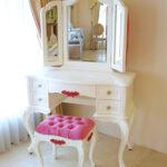 ビバリーヒルズ ドレッサー イニシャル・ハート・薔薇の彫刻 ホワイト&ショッキングピンク色 ショッキングピンクベルベットの張り地 ボタン締め仕上げのサムネイル