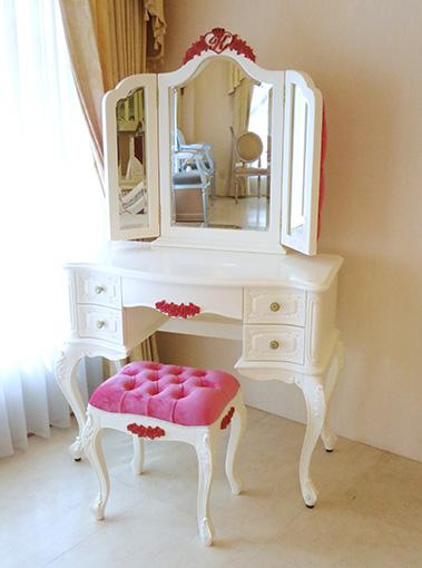 ビバリーヒルズ ドレッサー イニシャル・ハート・薔薇の彫刻 ホワイト&ショッキングピンク色 ショッキングピンクベルベットの張り地 ボタン締め仕上げ