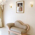 カウチソファ W150cm ビバリーヒルズの彫刻 ピンクベージュ&ゴールド色 本革 鋲打ち仕上げのサムネイル