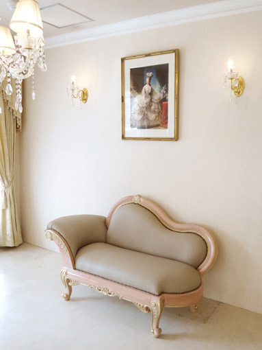 カウチソファ W150cm ビバリーヒルズの彫刻 ピンクベージュ&ゴールド色 本革 鋲打ち仕上げ
