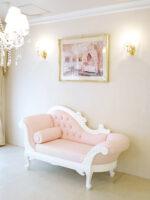 カウチソファ W170cm オードリーリボンの彫刻と薔薇の彫刻 ホワイト色 ベビーピンクフェイクレザーの張地