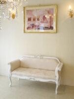 カウチソファ オードリーリボンの彫刻 ホワイト&ブラックアンティーク色 リボンとブーケ柄オフホワイトの張地