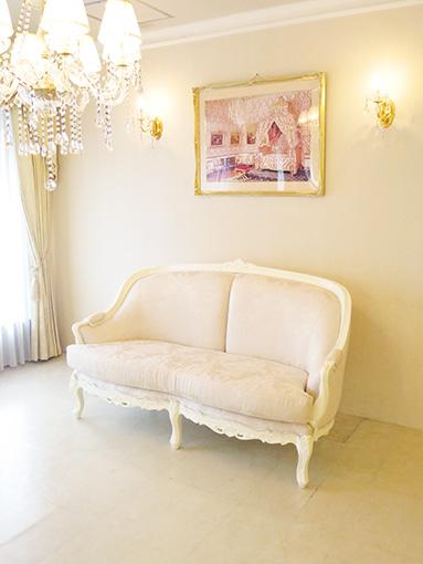 ベルサイユ 2シーター ソファ ビバリーヒルズの彫刻 ホワイト色 リボンとブーケ柄オフホワイトの張地