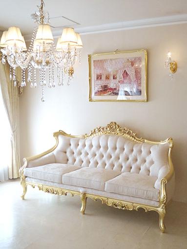 ロココ調ソファ ヴィクトリアンスタイル 3シーター 金箔塗装 アンティーク仕上げ リボンとブーケ柄オフホワイトの張地