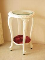 サイドテーブル ラウンド ガラストップ ロココスタイル 布張り シェルの彫刻 ホワイト色 マリーアントワネットの張り地
