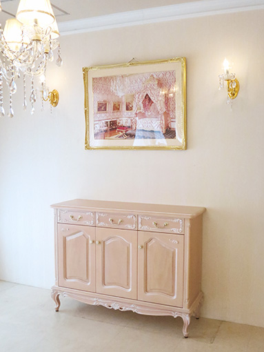 サイドボード W120cm 3枚扉 ビバリーヒルズの彫刻 ピンクベージュ色