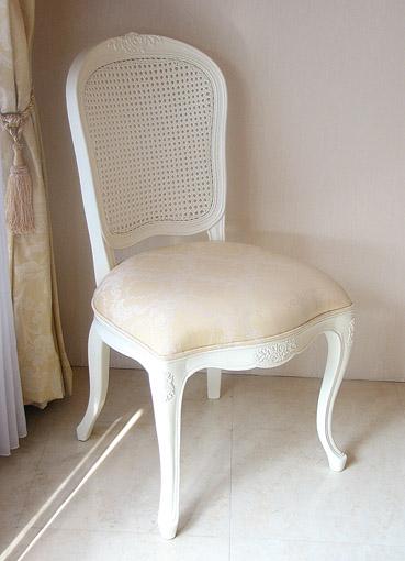 ラ・シェル ラタンチェア 薔薇の彫刻 座面布張り ホワイト色 シャンパンゴールドの張り地