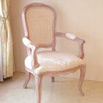 アームチェア お花の彫刻 リボンとブーケ柄オフホワイト ピンクベージュ艶ありのサムネイル