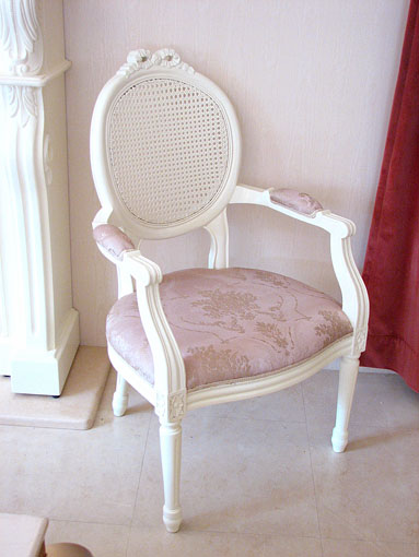 アームチェア ルイ16世スタイル リボンの彫刻 ラタン&布 ピンクの花かご柄