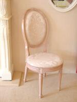 オーバルチェア ルイ16世スタイル ピンクベージュ色 背もたれ前後に薔薇の彫刻 リボンとブーケ柄オフホワイトの張り地