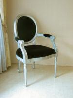 ルイ16世スタイル オーバルアームチェア 彫刻なし シルバーマット色 ブラックベルベット