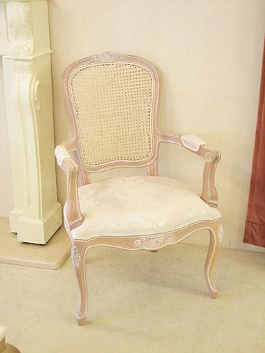 アームチェア ラタン&ファブリック ピンクベージュ色 薔薇の彫刻 リボンとブーケ柄オフホワイト