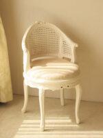 フランスチェア リボンの彫刻 ホワイト色 シャンパンゴールドの張地