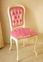 ラ・シェル ダイニングチェア スモールサイズ 薔薇の彫刻 ホワイト色 ベビーピンクの張地 ボタン締め ゴールドの鋲打ち仕上げ