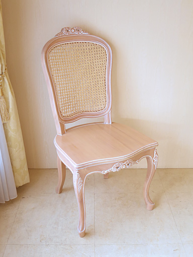 ラ・シェル ラタンチェア リボンの彫刻 座面:木製 ピンクベージュ色