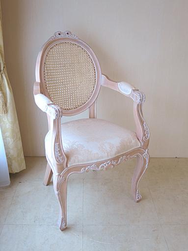 オーバルアームチェア 猫脚 リボンの彫刻 背面:ラタン ピンクベージュ色 リボンとブーケ柄オフホワイトの張地