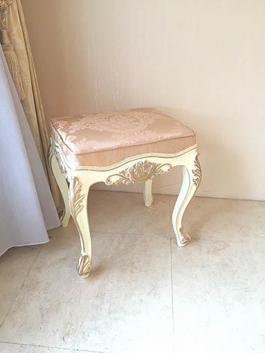 ビバリーヒルズスツール ローズブーケの彫刻 アンティークホワイト&ゴールド色 リボンとブーケ柄イエローゴールド