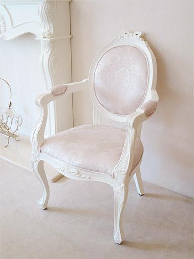 オーバルアームチェア ホワイト色 オードリーリボンの彫刻 リボンとブーケ柄オフホワイト色の張地