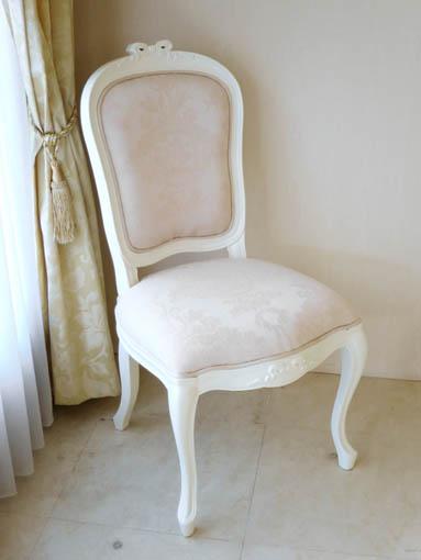 ラ・シェル ダイニングチェア ホワイト色 オードリーリボンの彫刻 脚の彫刻なし リボンとブーケ柄オフホワイトの張地