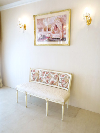 マダム・ココ ワイドチェア 薔薇の彫刻 アンティークホワイト&ゴールド色 薔薇柄の張地