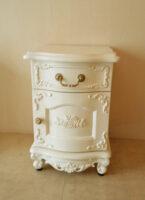 ナイトテーブル 左開き 前面ラウンドタイプ 扉 薔薇の彫刻 脚部 ビバリーヒルズの彫刻 ホワイト色