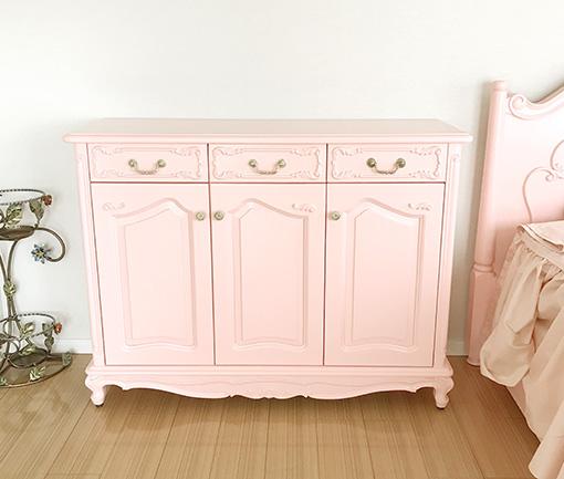 サイドボードW120cm 3枚扉 バービーピンク色 シェルの彫刻