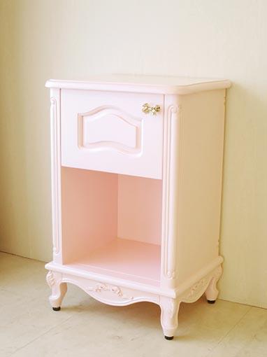 サイドチェスト オードリーリボンの彫刻 W45cm×H70cm 扉片開き オープンスペース バービーピンク色